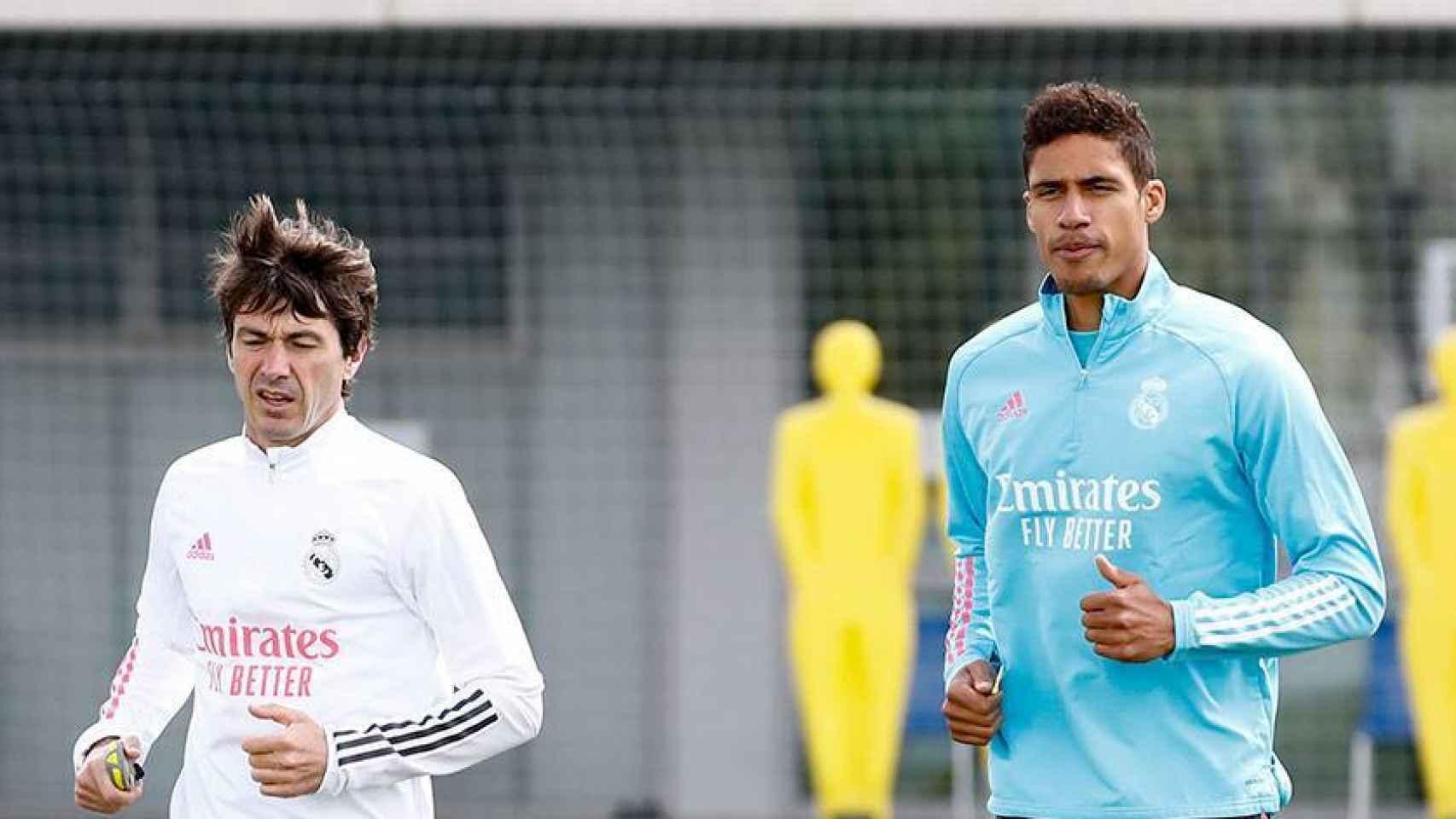 Gregory Dupont y Raphael Varane, durante un entrenamiento con el Real Madrid