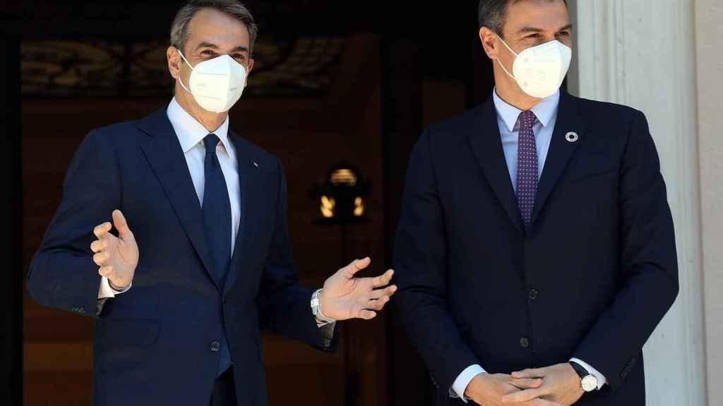 Pedro Sánchez junto al primer ministro de Grecia este lunes en Atenas.