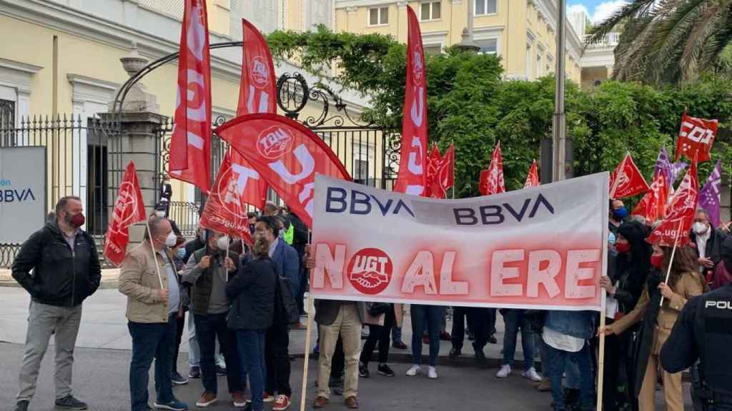 Trabajadores de BBVA se concentran contra el ERE frente a las sedes del banco.