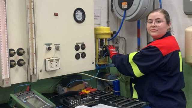 Antonia Rial trabaja como técnica electrónica en la planta de Alcoa en San Ciprián.