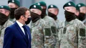 Macron en una visita a los soldados franceses en Lituania.