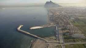Vista aérea del puerto de La Atunara, con Gibraltar al fondo.