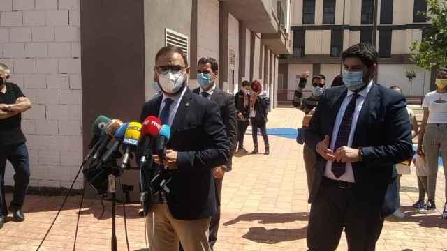 El alcalde de Lorca, Diego José Mateos, y el presidente de la Región de Murcia, Fernando López Miras, en el acto de entrega de las llaves de pisos a ocho familias que estaban sin un hogar desde los terremotos del 11 de mayo de 2011.