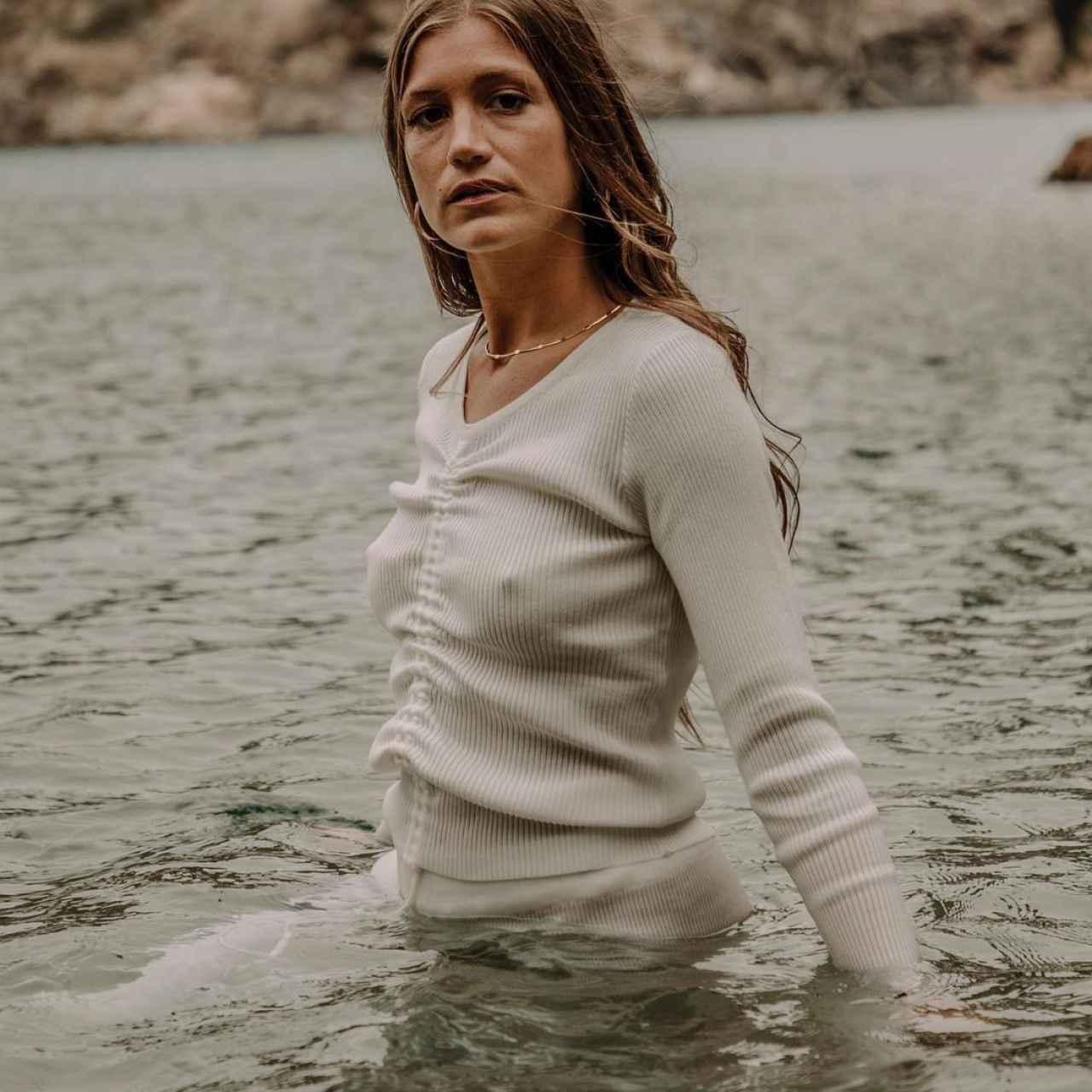 Miri ejerciendo de modelo para la marca Carola Monje.