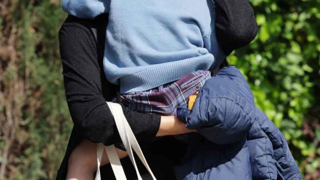 Laura con su hijo en brazos en una foto de abril de 2021.