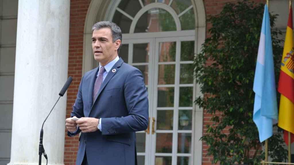 El presidente del Gobierno, Pedro Sánchez,  junto a Alberto Fernández, presidente de Argentina.