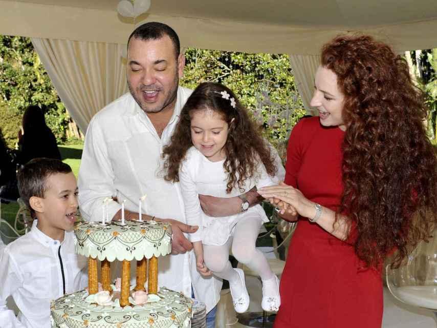 El rey Mohamed VI y la princesa Lalla Salma junto al heredero Moulay Hassan y la pequeña Lalla Khadija, que soplaba las velas de su cuarto cumpleaños.