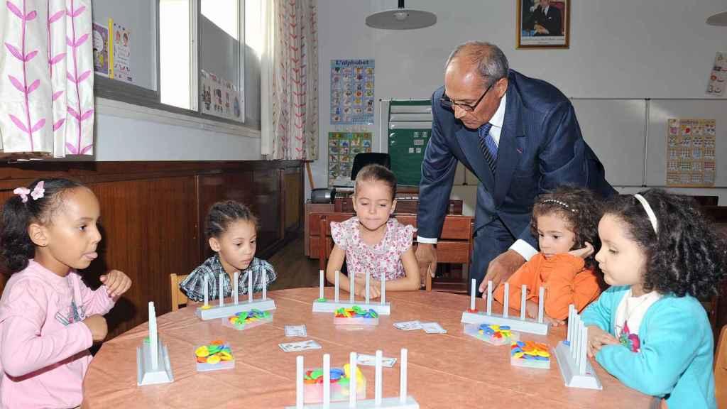 La princesa Lalla Khadija en el centro, en su primer día de colegio.