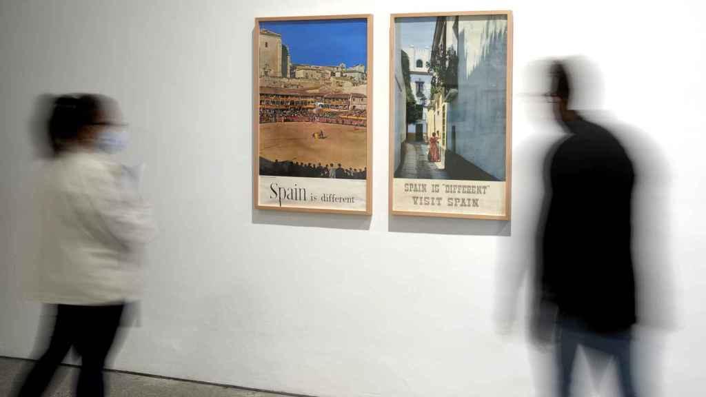Visitantes en la sala Turismo y desarollismo: en la España de los 60
