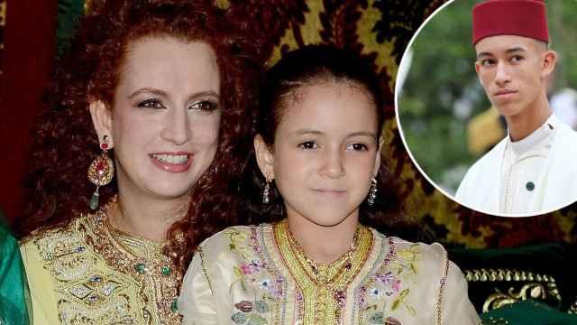 La princesa Lalla Khadija de Marruecos junto a su madre, Lalla Salma, y su hermano mayor, el príncipe Moulay Hassan, en un montaje de Jaleos.