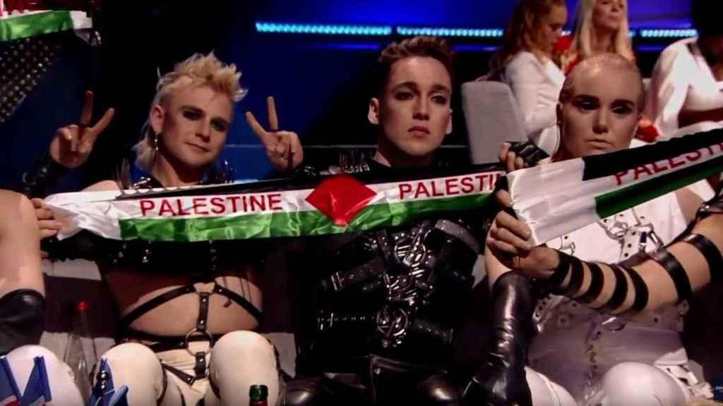 'A Song Called Hate' sacando la bandera Palestina en Eurovisión.