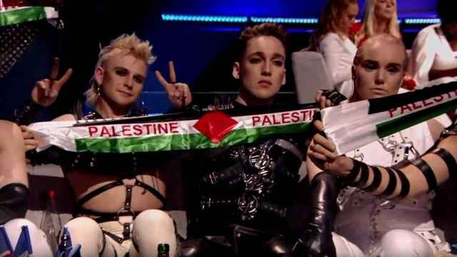 'A Song Called Hate' sacando la bandera Palestina en Eurovisión.