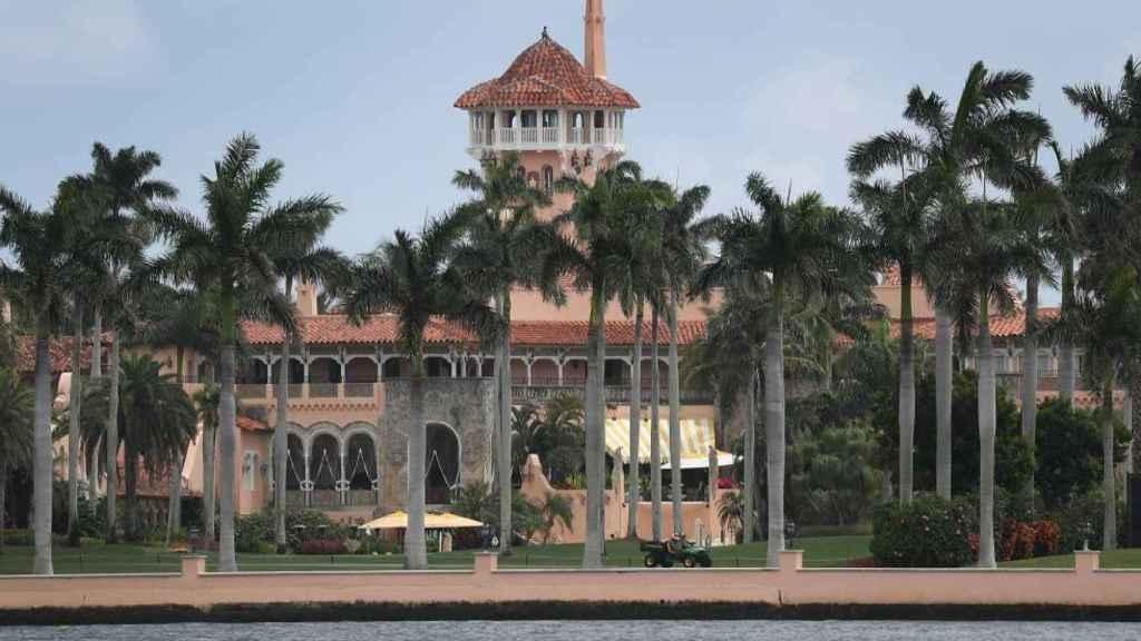 Imagen de la fachada de la casa del expresidente Trump en Palm Beach.