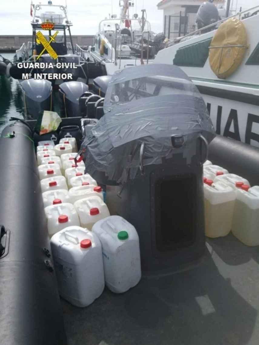 Petacas de combustible intervenidas en una operación contra el tráfico de hachís en el sur de España.