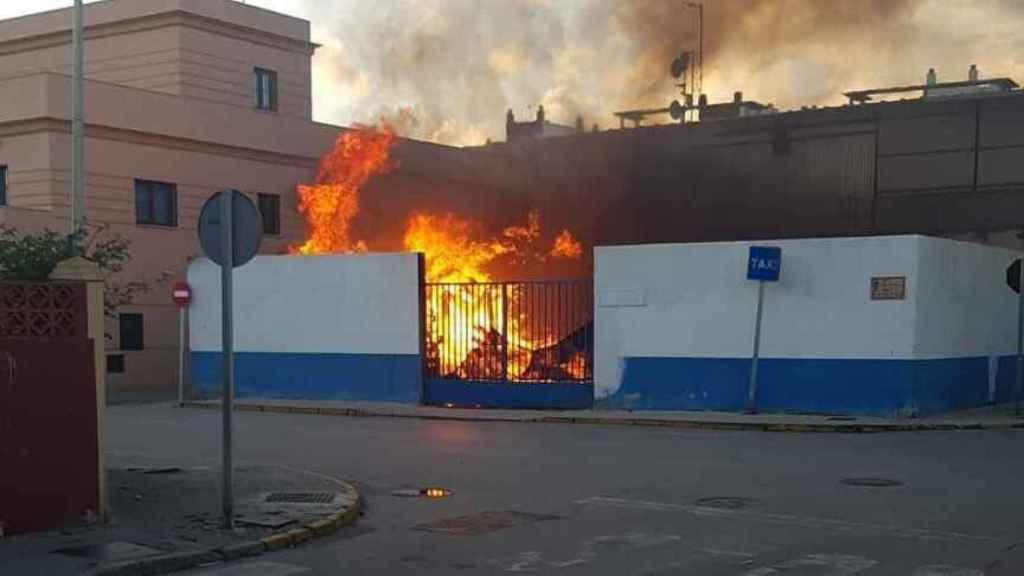 Edificio municipal de La Línea de la Concepción (Cádiz) incendiado durante los disturbios del pasado lunes.