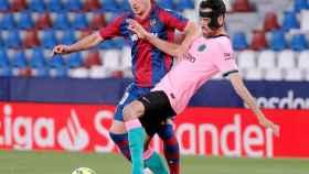 Busquets (Barça) peleando un balón ante el Levante