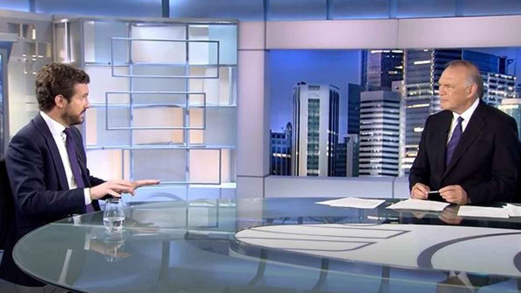 Pedro Piqueras ha entrevistado a Pablo Casado en 'Informativos Telecinco'.
