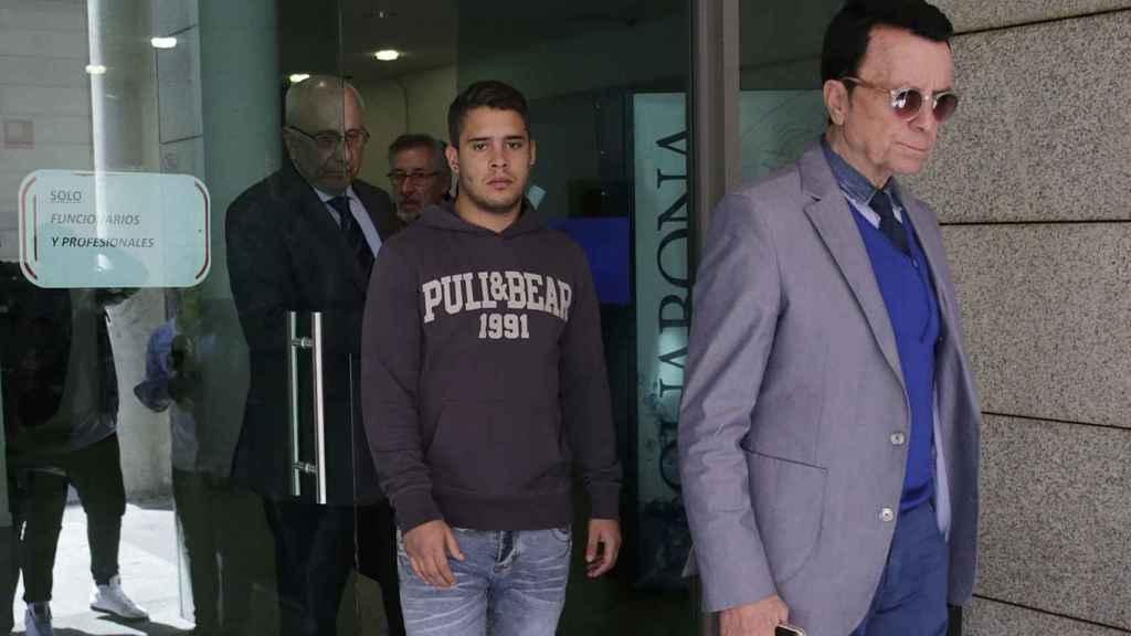 José Fernando saliendo de los juzgados junto a su padre en abril de 2017.