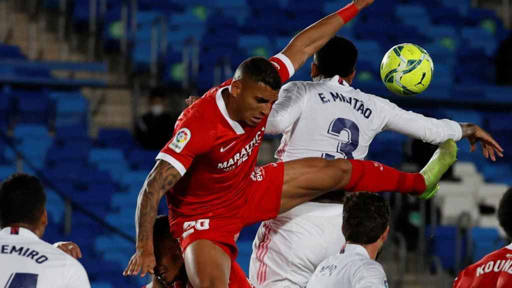 La mano de Militao contra el Sevilla