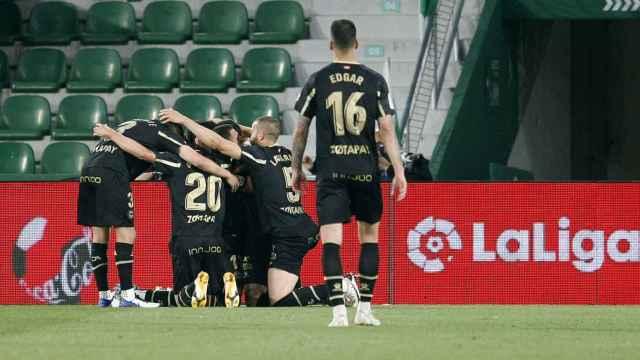 Los jugadores del Alavés celebran un gol