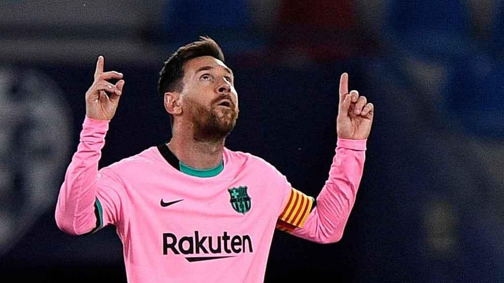 Leo Messi celebra su gol señalando al cielo