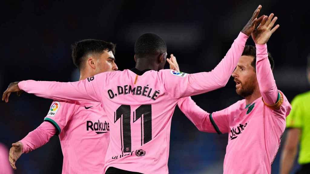 Pedri y Messi felicitan a Dembélé por su gol