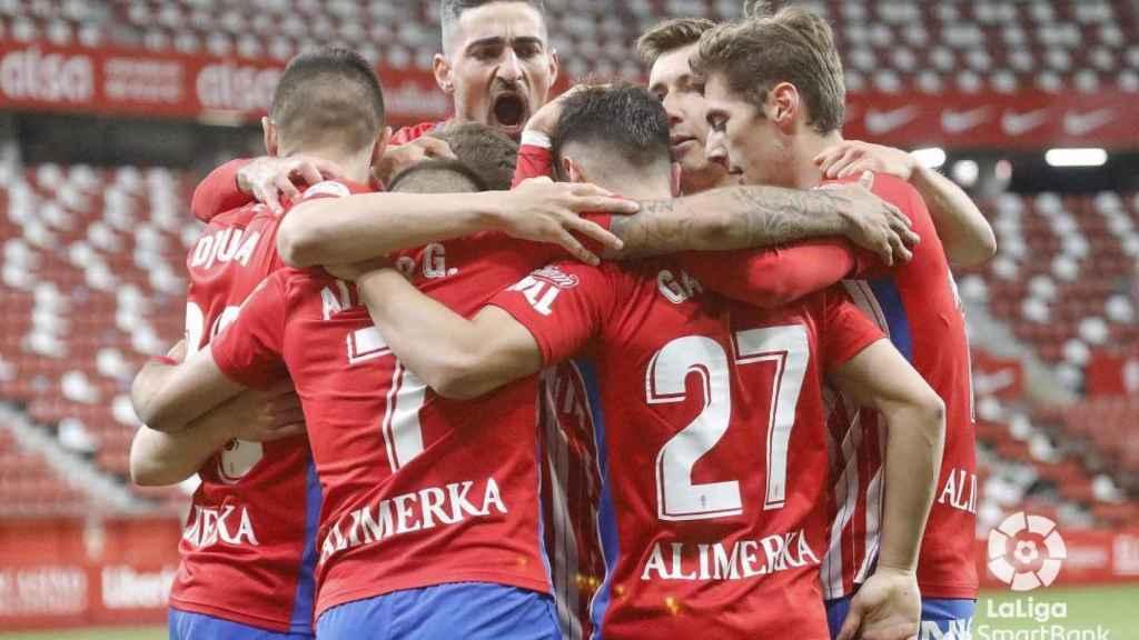Piña de los jugadores del Granada para celebrar un gol ante el Betis