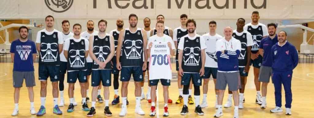 Jaycee Carroll posa con la camiseta conmemorativa por sus 700 partidos con el Real Madrid de Baloncesto
