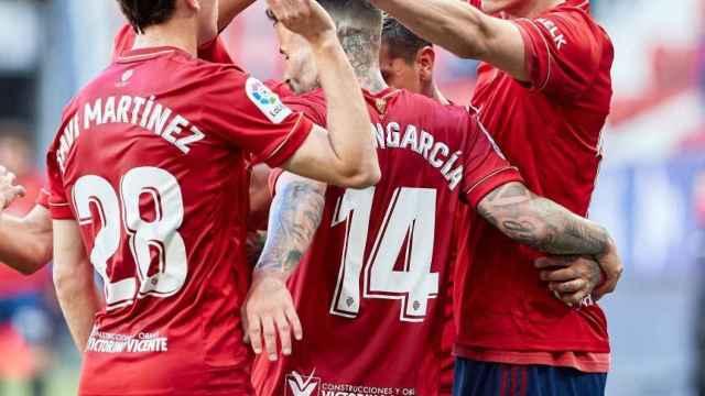 Piña de los jugadores de Osasuna para celebrar el gol de Budimir