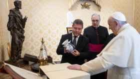 Audiencia del Papa Francisco al presidente de Castilla-La Mancha, Emiliano García-Page, y la alcaldesa de Toledo, Milagros Tolón