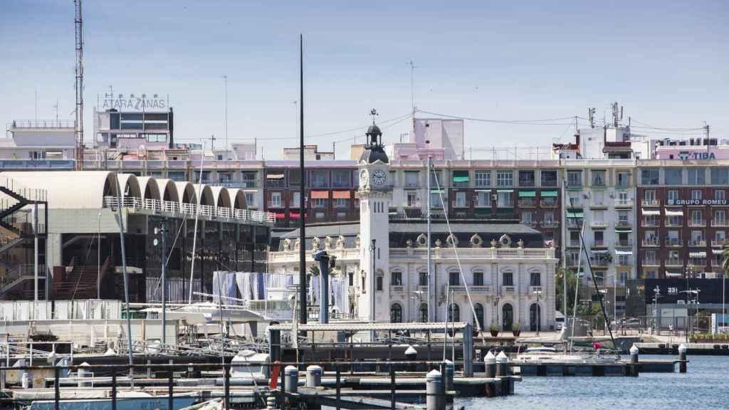 Al fondo, a la izquierda, la antigua estación marítima en La Marina de Valencia.