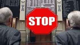 Una señal de 'stop' sobre una imagen de archivo de la Bolsa de Madrid.
