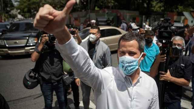 El líder opositor Juan Guaidó en una protesta de trabajadores de la salud .