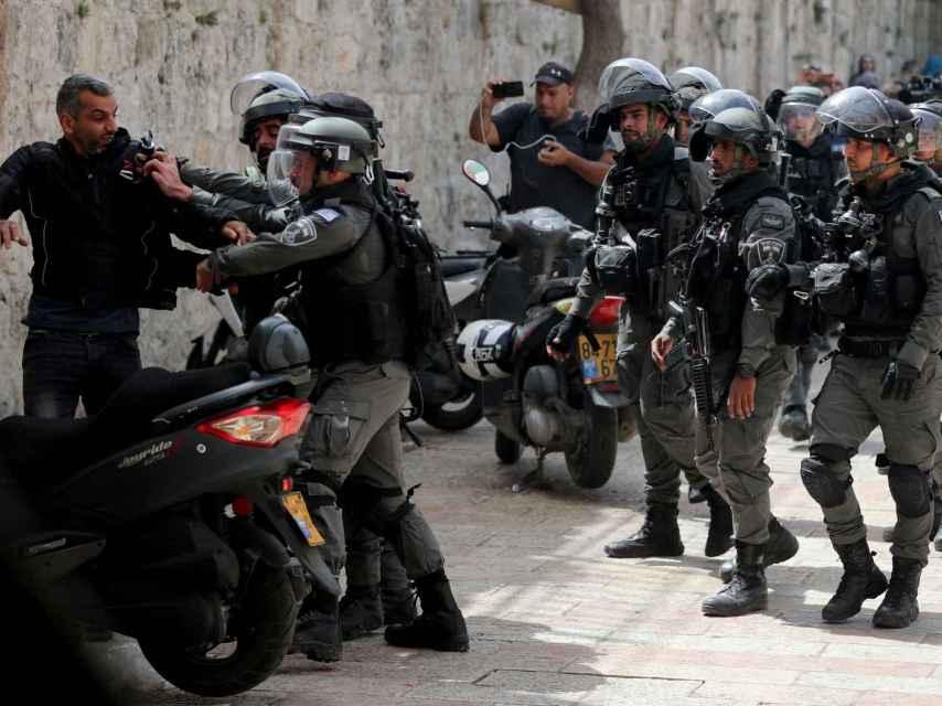La policía israelí detiene a un palestino cerca de la mezquita Al- Aqsa.