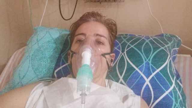 Pepa Baños hace tres días, en la cama de su UCI en un hospital cercano a Nueva Delhi.
