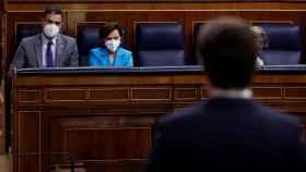 Pedro Sánchez y Carmen Calvo escuchan la intervención de Pablo Casado en el Congreso de los Diputados.
