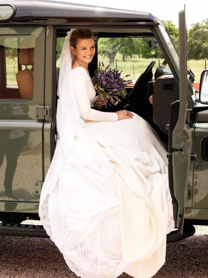 El 'look' de la novia mientras se montaba en el coche a su salida de la ceremonia.
