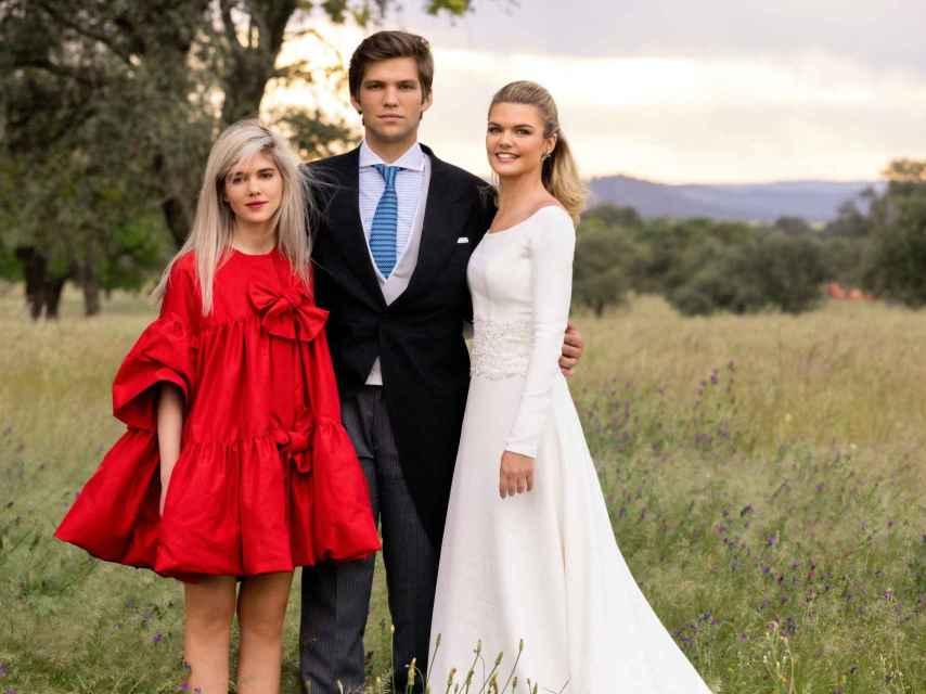Alejandra junto a sus dos hermanos, Isabel y Juan.