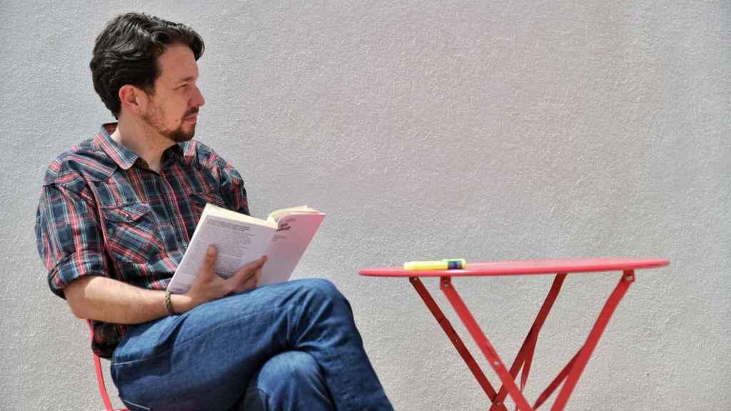 Pablo Iglesias, leyendo un libro en el porche de su casa, recién cortada la coleta