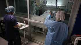 Tres sanitarios tratan a un paciente con Covid ingresado en la UCI.