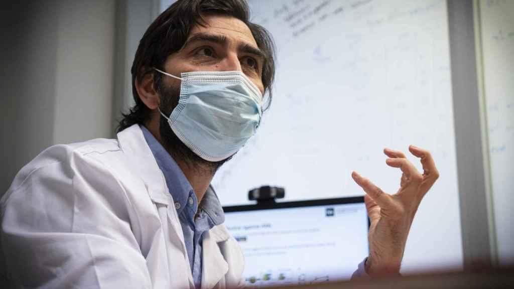 El doctor Pérez Martínez, en un momento de la entrevista.