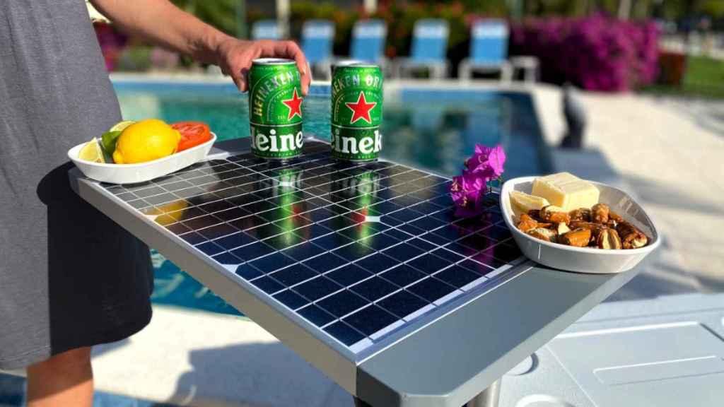 Panel solar enchufado a una nevera