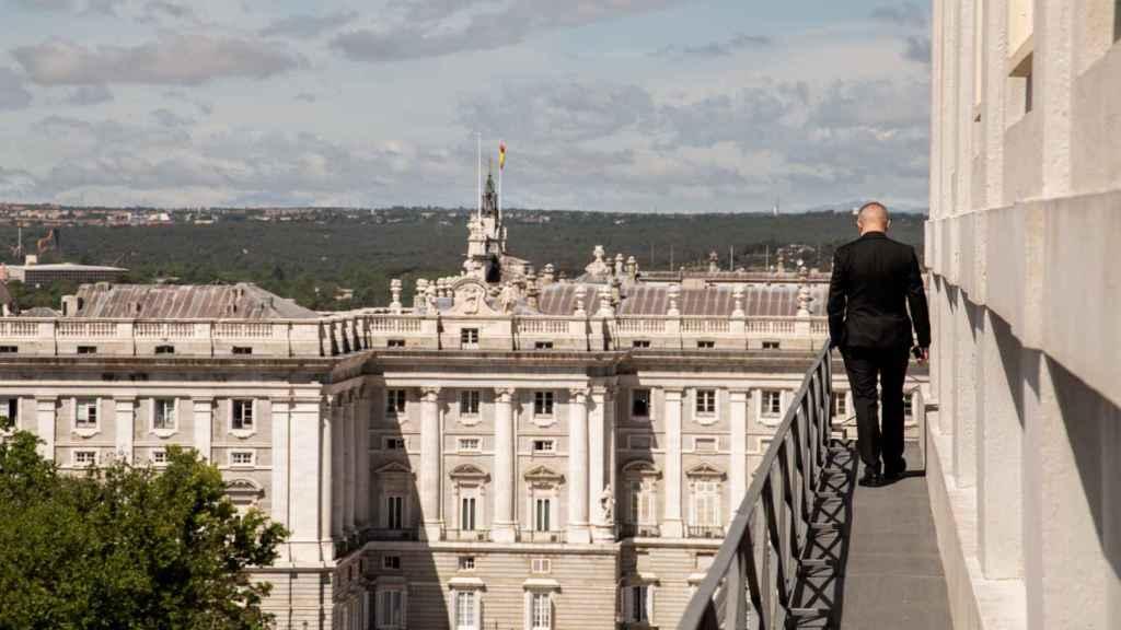 El director artístico, en la terraza del Real y con el Palacio Real al fondo.