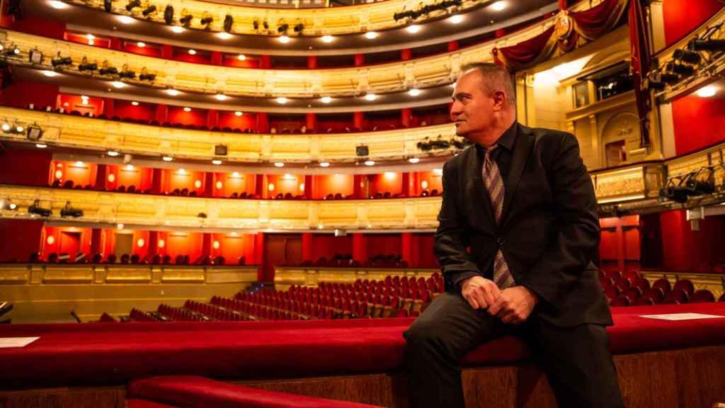 Joan Matabosch mira hacia el escenario desde uno de los palcos del Teatro Real.