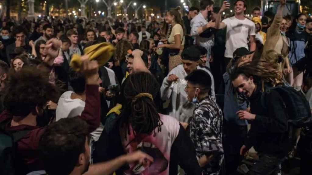 Una multitud de jóvenes se agolpa en el paseo de Lluis Companys (Barcelona).
