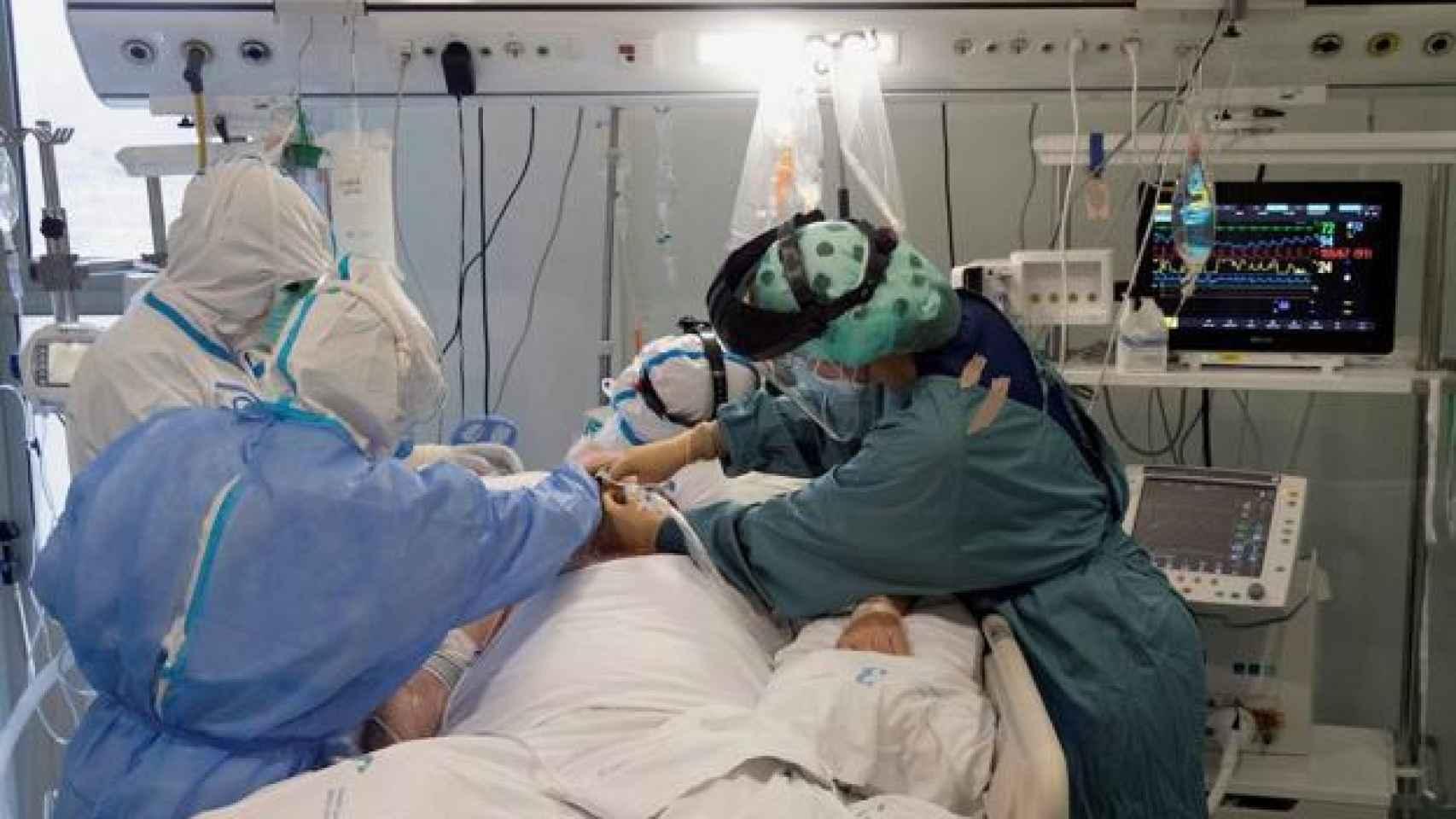 Sanitarios en una UCI en Valencia, en imagen de archivo.