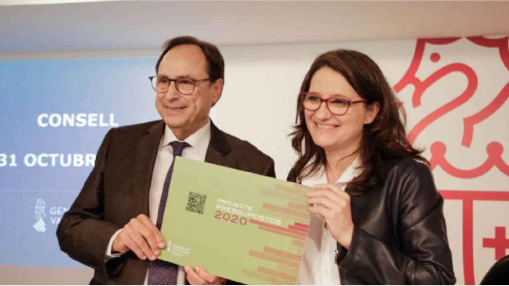 El conseller de Hacienda, Vicente Soler junto con la de Políticas Inclusivas, Mónica Oltra