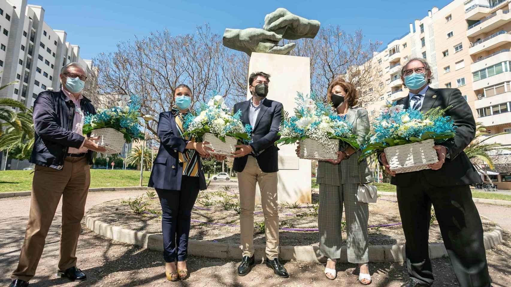 El alcalde de Alicante, en el centro de la imagen, este miércoles.