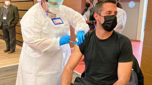 Una enfermera administra una dosis de la vacuna contra la Covid.