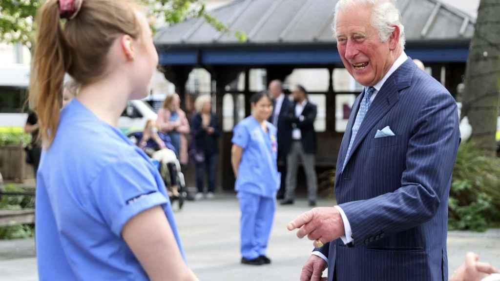 El príncipe Carlos ha agradecido al personal que atendió a su padre en el Hospital San Bartolomé.